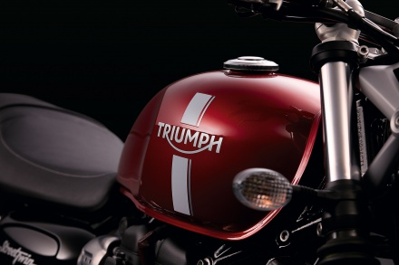Street_Twin_Detail_RedTank_Badge