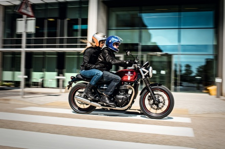 Street_Twin_Riding_Shot_001