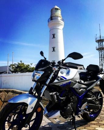 青空と白い灯台とボクのバイク