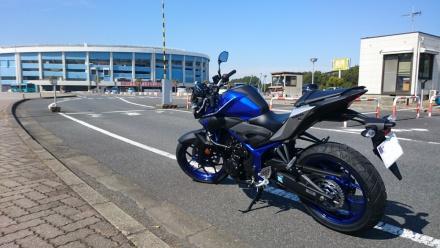 青いスタジアムとバイク