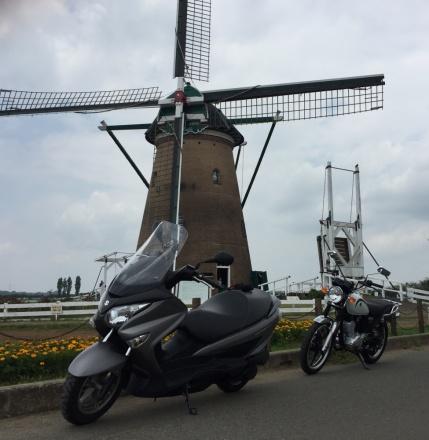 風車の前で記念写真