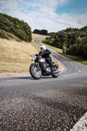 Bonneville_T120_Riding_Shot003