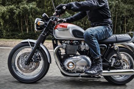 Bonneville_T120_Riding_Shot005