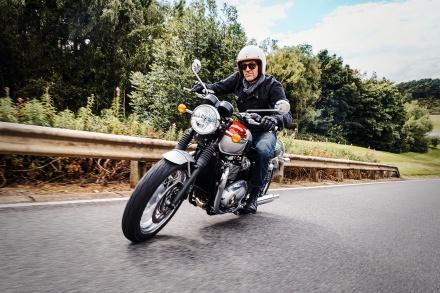 Bonneville_T120_Riding_Shot006