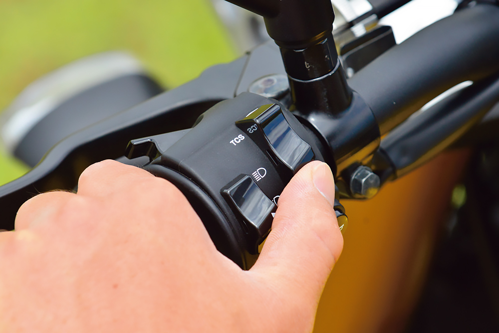 ヤマハ・XSR900のトラクションコントロール切り替えスイッチ
