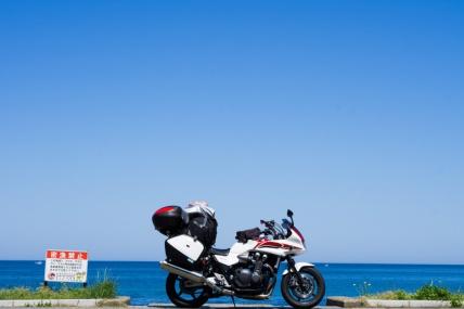 青い空と青い海、キャンプの季節