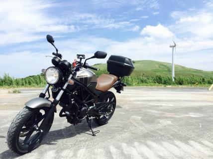 風車と丘とバイク
