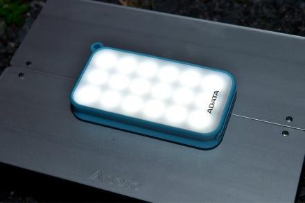 ADATAより、キャンプシーンなどで重宝する、高輝度LEDライト付きモバイルバッテリーが発売