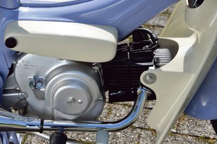 ホンダのポートカブC240のエンジン右側