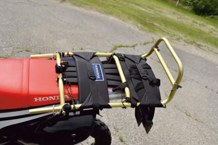 ホンダのCRF250ラリーに積載性アップのための背負子を取り付ける