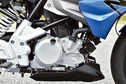 BMW・G310Rの後傾エンジン