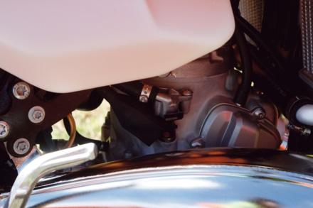 KTMの250EXC TPIのインジェクターがエンジン横に見える
