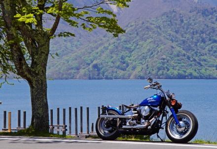 湖とバイク