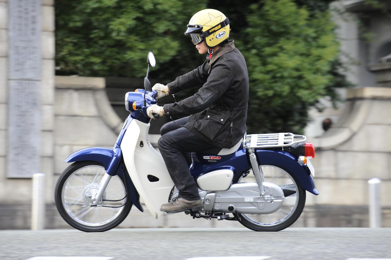 スーパーカブ50で街中を走る。やはりインプレッションするにも街中が一番このバイクのことがよくわかる