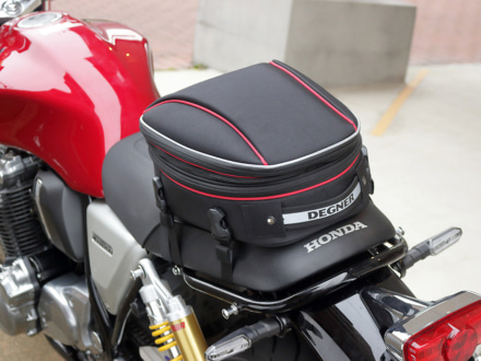 デグナーより、ヘルメットバッグとしても活用できる容量可変式のシートバッグが登場