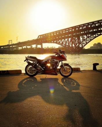夕日と橋と影