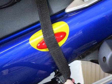 シートバッグのベルトの擦れから愛車をガードする『傷防止プロテクトフィルム&ベルトフィット』