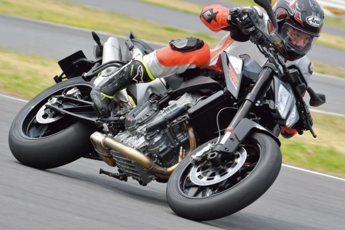 KTM 790DUKEは段階的にトラクションコントロールの介入度が下げられる。サーキットでのスポーツ走行でも十分使える仕様だ