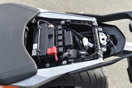 KTMの790デュークのシート下スペース