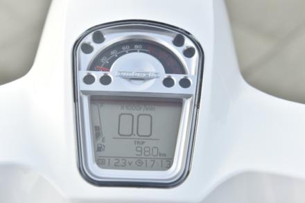 ランブレッタのV125スペシャルのメーターはデジタルと指針式の混合タイプ