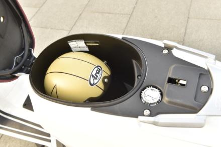 ランブレッタのV125スペシャルのシート下にヘルメットを入れてみる