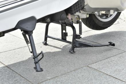 ランブレッタのV125スペシャルはセンタースタンドとサイドスタンドを装備