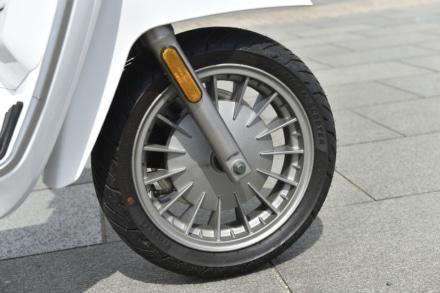 ランブレッタのV125スペシャルのフロント足まわり。ドラムブレーキ風のデザインだ