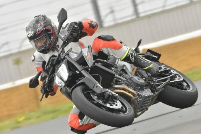 KTMの790DUKEをサーキットにてインプレッション。このときは筑波サーキットのコース1000で試乗した