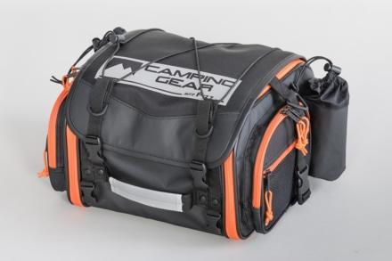 モトフィズの定番シートバッグにアウトドアシーンで映えるアクティブオレンジモデルが登場