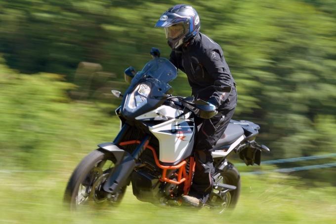 KTM 1090アドベンチャーRは21インチサイズのスポークホイールを履く。もちろんストロークもきちんと確保されておりオフロード走行がしやすい
