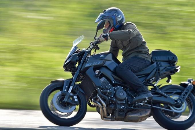 ヤマハのMT-09でワインディングを駆け抜ける。スポーツしながら旅できるバイクだ