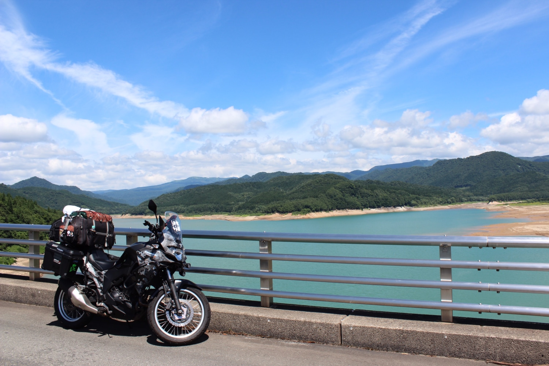空とダムのブルー
