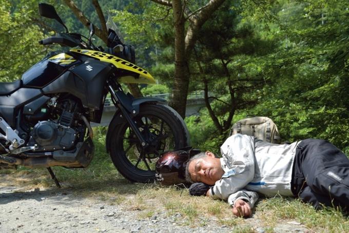 眠くなったらその場で寝るのが賀曽利隆スタイル。寝方も決まっていて、必ず右が下。15分ほどすると再び走り出すのだ