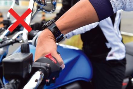 バイクのアクセルの悪い握り方