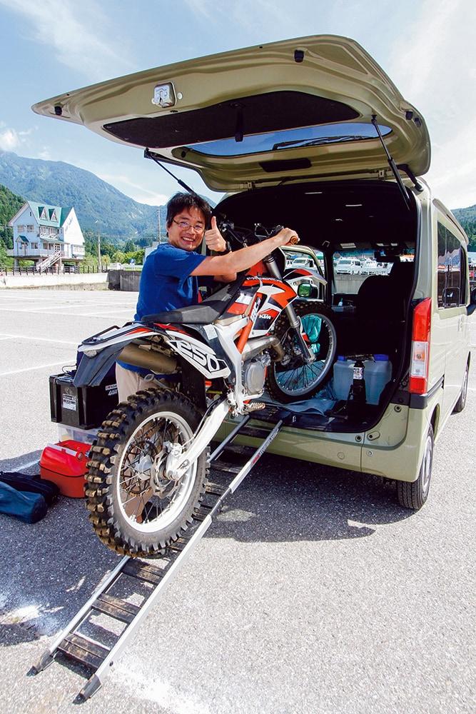 ホンダのNバンは床も広くフルサイズのオフロードバイクも積みやすい