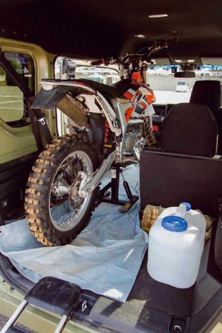 バイクの固定には市販のリフトスタンドを使用。ホンダのNバンの床には汚れ防止にブルーシートを敷いている