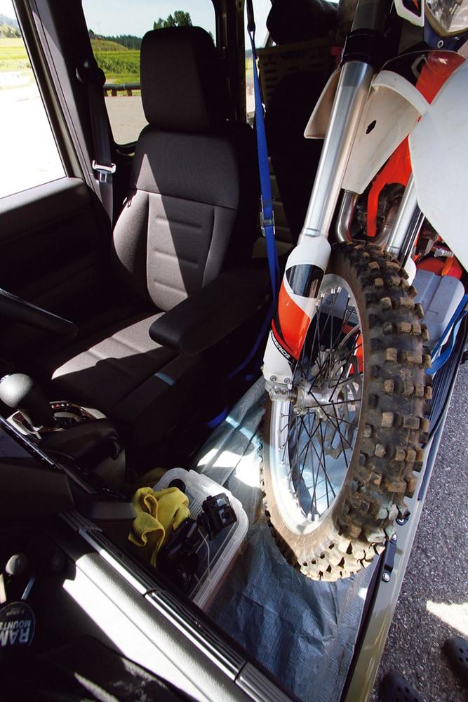 Nバンにバイクを積んでも前後に余裕ができる。いかに後ろに寄せて、前方にスペースを作るかが、視界確保のポイントだ