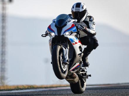 可変バルブタイミング機構採用の新エンジンを搭載!BMW S1000RRの2019年モデルが発表に