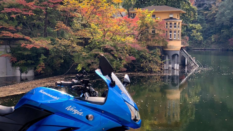 紅葉とバイクのある風景