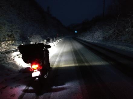 初雪の峠道
