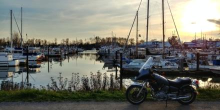 凪いだ港とオートバイ