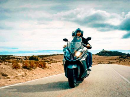 250ccクラス並みのサイズ感が魅力!キムコ ダウンダウン125iにABSモデルが新登場