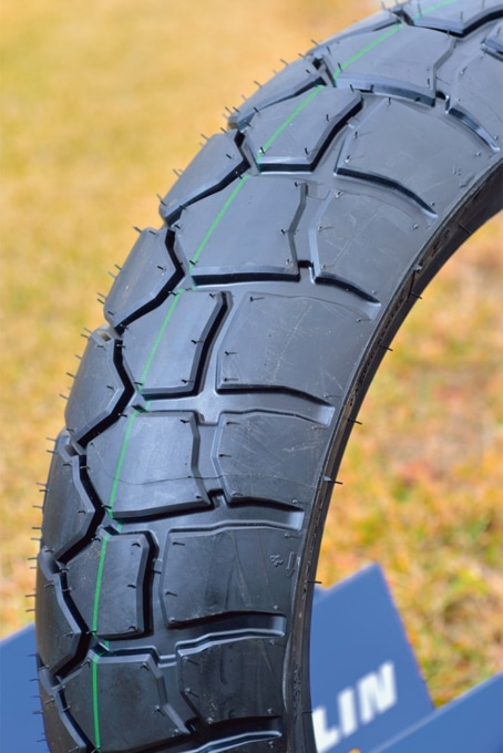 ミシュランの新作タイヤ・アナキーアドベンチャーのブロックパターンは魚の鱗か、鎧の模様のようだ