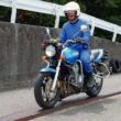 二輪教習の一本橋の上をバイクで渡っている様子