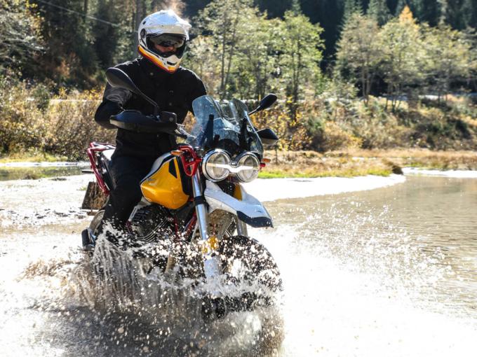 Moto Guzzi V85 TTで浅瀬を走行
