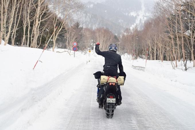 ヤマハのNIKENにタイヤチェーンを装着して圧雪路を走行インプレッション!