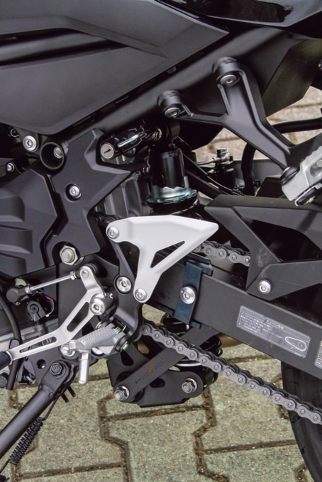 2019年式 カワサキ Z400 ヘルメットホルダー装備のステップ周り