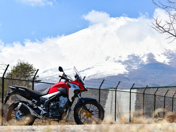 富士山をバックに佇むHONDA 400X