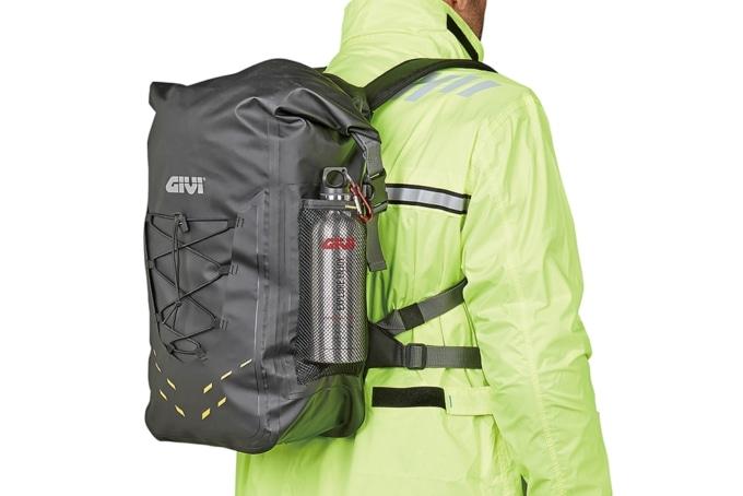 GIVI EA121 防水バックパックを背負った様子