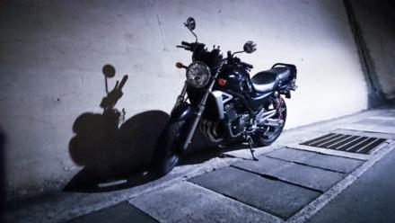 黒いバイクと黒い影と白い灯り